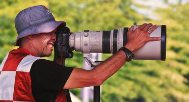 Canon photographer with his Canon EF 400mm f/2,8 IS USM telephoto lens